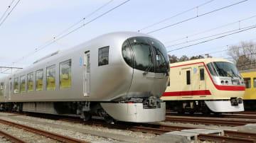 公開された西武鉄道の新型特急「ラビュー」。奥は現行の「ニューレッドアロー」=14日午前、埼玉県所沢市