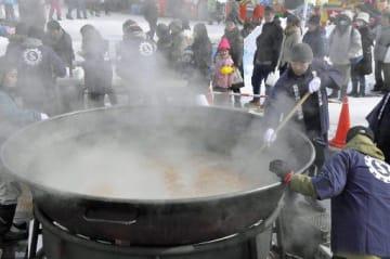 人気の豚汁「もつけ鍋」の振る舞いには長い行列ができた