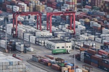 中国上海のコンテナ積み出し港(AP=共同)