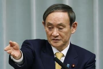 記者会見する菅官房長官=14日午前、首相官邸