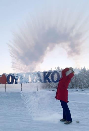 熱湯をまくと一瞬で凍った=1月、ロシア・オイミャコン(共同)
