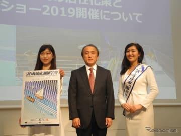 左から2019ミス日本「海の日」の高橋梨子さん、日本マリン事業協会の柳弘之会長、2018ミス日本「海の日」の山田麗美さん