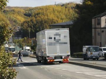 道路のゼブラゾーンに駐車するトラック=大阪府和泉市(画像の一部をモザイク加工しています)