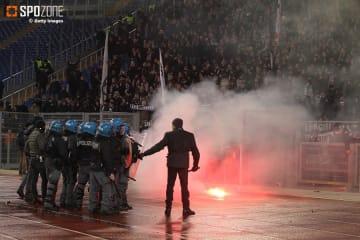 試合前にファン同士の暴動が勃発