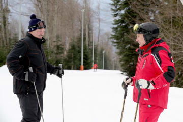 会談後にスキーをするベラルーシのルカシェンコ大統領(左)とロシアのプーチン大統領=13日、ロシア南部ソチ(タス=共同)