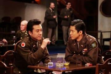 テレビ東京のスペシャルドラマ「二つの祖国」で共演する小栗旬さん(右)とムロツヨシさん(C)テレビ東京