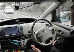 カメラやレーダーで信号、障害物を検知する自動運転車両=三木市緑が丘東1