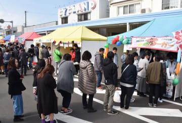 来場者が目当ての創作料理に行列をつくった、最後の「さいとこゆ食の大運動会」