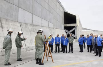 中部電力浜岡原発の防潮堤を視察する経団連のメンバーら=14日、静岡県御前崎市