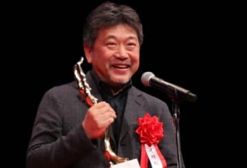 『万引き家族』が日本映画大賞に輝き、表彰式に登壇した是枝裕和監督
