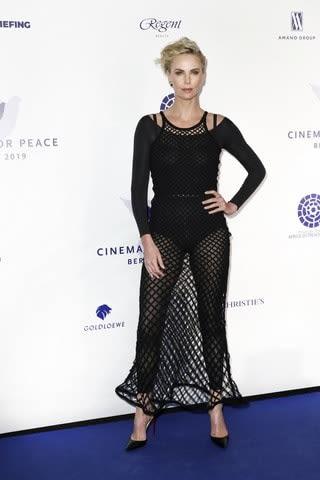 「英国アカデミー賞」のレッドカーペットに登場したシャーリーズ・セロンさん