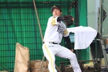 ブルペンで投球練習を行うソフトバンク・島袋洋奨【写真:福谷佑介】