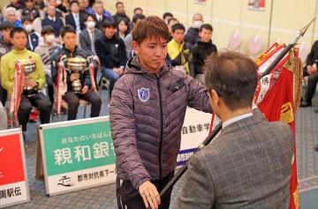 優勝旗を返還する西彼・西海の浦馬場選手(東京国際大)=長崎新聞文化ホール