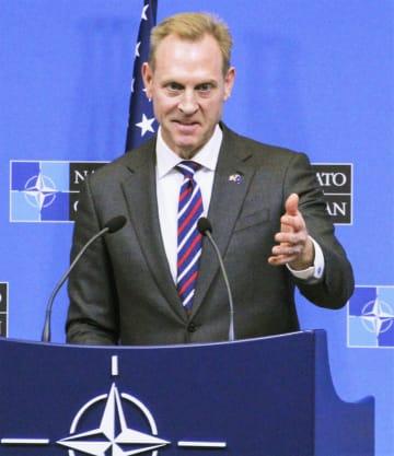 14日、ブリュッセルのNATOで記者会見するシャナハン米国防長官代行(共同)