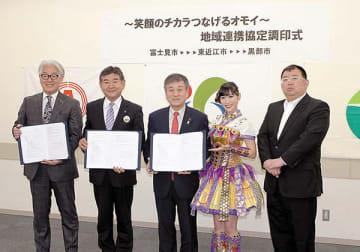 協定書にサインした富士見市の星野光弘市長(写真左)ら3市の市長と「ももいろクローバーZ」の高城れにさん(右から2人目)=13日、富士見市役所