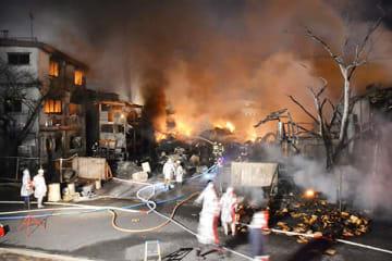 消火活動が続く工場火災の現場=14日午後8時すぎ、春日部市豊野2丁目