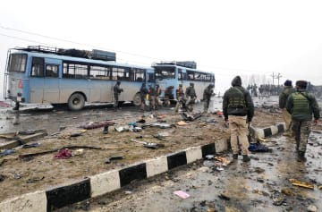 14日、インド北部ジャム・カシミール州の爆発で被害状況を調べる兵士ら(ロイター=共同)
