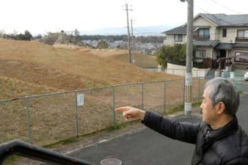 京阪電鉄不動産が太陽光発電所の計画を中止した宇治市木幡須留の土地(左)。住宅地と隣接し、住民が反対していた
