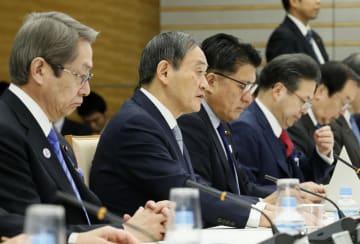 「デジタル・ガバメント閣僚会議」であいさつする菅官房長官(左から2人目)。同3人目は平井科技相=15日午前、首相官邸
