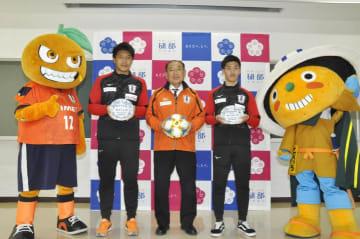 砥部町の砥部焼大使に就任した愛媛FCの有田選手(左)と中川選手(右)
