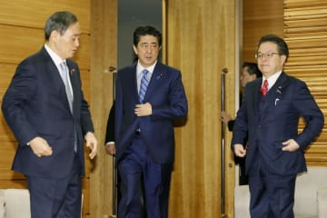 閣議に臨む(左から)菅官房長官、安倍首相、世耕経産相=15日午前、首相官邸