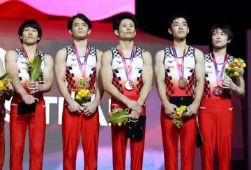 2018年10月の世界体操の男子団体総合で3位となり、表彰式に臨む日本の(左から)谷川航、田中佑典、萱和磨、白井健三、内村航平=ドーハ(共同)