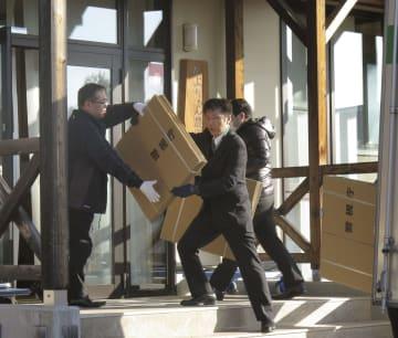 家宅捜索のため「かぶちゃん農園」に段ボールを運び込む警視庁の捜査員ら=15日午前8時27分、長野県飯田市