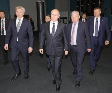 プーチン大統領(左から2番目)とともにソチのスポーツ施設を視察したコロプコフ・スポーツ相(左端)=14日(タス=共同)