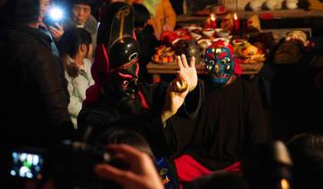 儺舞でにぎやかに新春を祝う 江西省南豊県