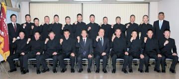 千葉日報社を訪れ、10年ぶり4度目の春の甲子園での活躍を誓った習志野高校の選手たち=14日