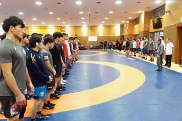 全日本選手、大学選手、高校選手を前にあいさつする藤沢信雄・全日本学生連盟会長