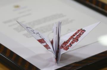 オバマ氏のサイン入り折り鶴と手紙=15日午前、広島市