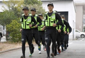 大会本番に向け、走り込むランニングポリスの機動隊員=14日、熊本市中央区