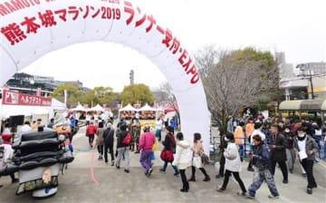 熊本城マラソンのランナー受け付けが始まった辛島公園=15日午前、熊本市中央区(小野宏明)