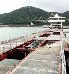 台風20号による被害で桟橋の床が流され、休園が続く須磨海づり公園=神戸市須磨区一ノ谷町5の先(神戸市提供)