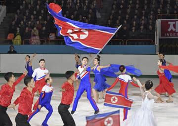 北朝鮮の故金正日総書記の誕生日「光明星節」を前に披露された記念のフィギュアスケートで、国旗を振る男性=15日、平壌(共同)
