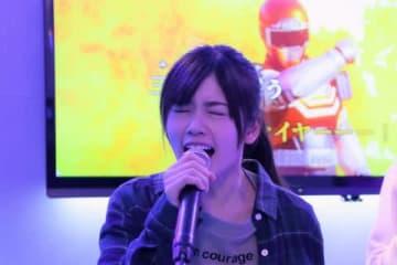 連続ドラマ「トクサツガガガ」でカラオケを熱唱する小芝風花さん (C)NHK