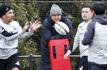 ラグビーの日本代表候補合宿で練習を見つめるジョセフ・ヘッドコーチ(左から2人目)=東京都町田市