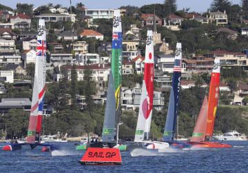 第3レースで航行する日本艇(中央)=シドニー(共同)