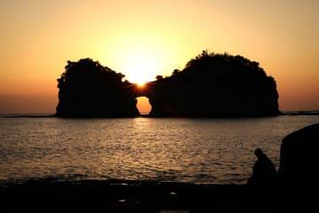 円月島に沈む夕日 和歌山県白浜町