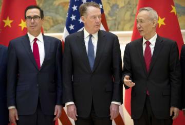 15日、北京の釣魚台迎賓館で撮影に応じる(左から)ムニューシン米財務長官、ライトハイザー通商代表、中国の劉鶴副首相(AP=共同)