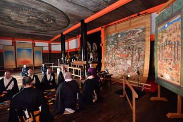 公開が始まった涅槃図の前で営まれた法要(15日午前9時7分、京都市東山区・清水寺)