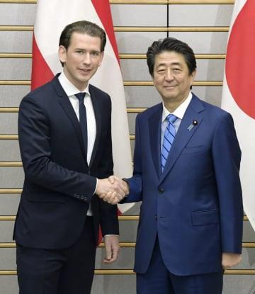 オーストリアのクルツ首相(左)と握手を交わす安倍首相=15日夜、首相官邸