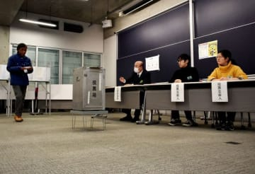 市長選の期日前投票で立会人を務める神奈川工科大の学生ら=14日、厚木市下荻野