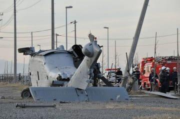 横転した在日米海軍所属のヘリコプター=2013年12月16日午後4時ごろ、三浦市三崎5丁目