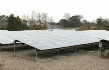 日出電機が国が認定した場所とは異なる土地に設置した太陽光発電設備=15日、日出町大神