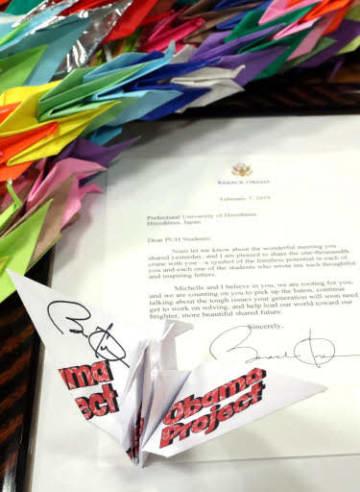 オバマ氏から届いた折り鶴(手前)と手紙。奥は広島県内で集めた999羽の折り鶴(撮影・安部慶彦)