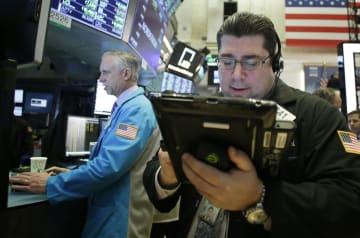 ニューヨーク証券取引所のトレーダーたち=15日(UPI=共同)