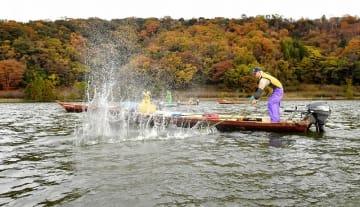 日本農業遺産に認定された三方五湖地域。たたき網漁などの伝統漁法が根付く点が評価された=福井県若狭町の三方湖、2018年12月1日撮影