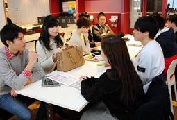 サークルのこれからについて話し合う今崎光彩さん(左から2人目)ら=神戸市東灘区岡本8